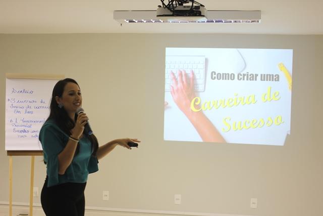 Alexsandra Leite encanta o público com palestra inovadora sobre carreira